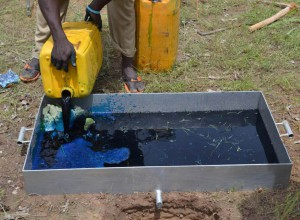 Brilliant Blue FCF dye solution goes into the soil. Photo by Aida Bargués Tobella/SLU