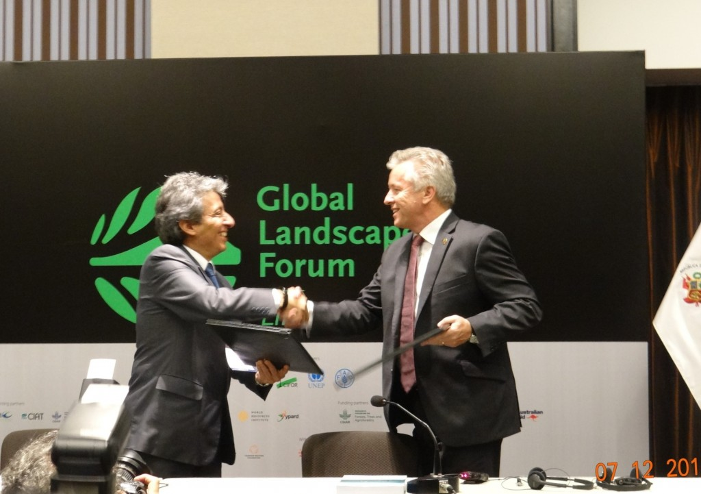 Peru Ministry of Environment and the World Agroforestry Centre have entered into an agreement to collaborate on climate change mitigation and adaptation. HE Manuel Pulgar Vidal and Dr Anthony Simons with the MoU