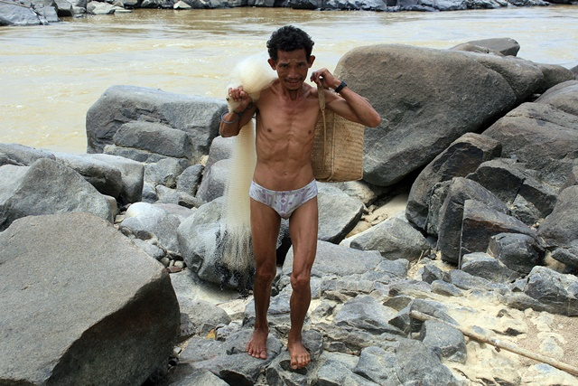 Indigenous Dayak fisher in Kalimantan. Photo: World Agroforestry Centre/Sadewa