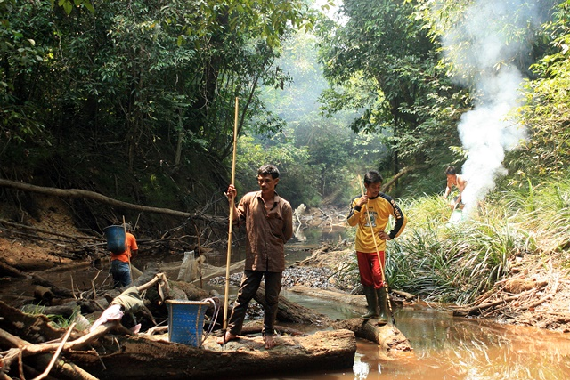 Indigenous Dayak forest users in Kalimantan. Photo: World Agroforestry Centre/Sadewa