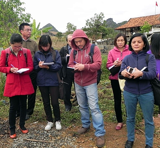 R4D Platform members taking notes for analysis of agricultural issues in Mai Son District, Son La Province, Viet Nam. Photo: World Agroforestry Centre/Mai Thanh Tu