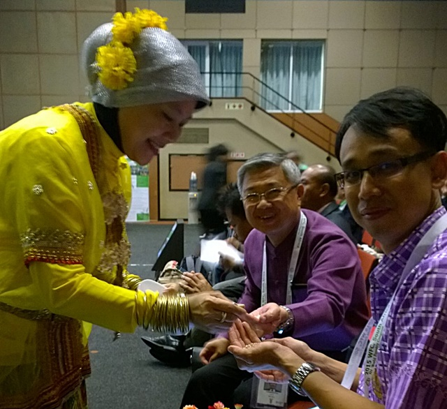 Ria Susilawati of ASFN Secretariat serving sago to Dr Pralong Dumrongthai and Komsan Rueangritsarakul. Photo: World Agroforestry Centre/Robert Finlayson
