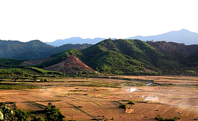 The land use in the district is typical rural landscape mosaic in Central Viet Nam: farmers cultivate home gardens in the vicinity of settlements; paddy rice and annual crops, mostly maize, peanuts and beans, are grown along riverbanks; planted forests, such as acacia plantations, are on more distant, higher, sloping areas. The most distant plots from settlements are the hilly, naturally-regenerating forests. Photo: World Agroforestry Centre/Rachmat Mulia.