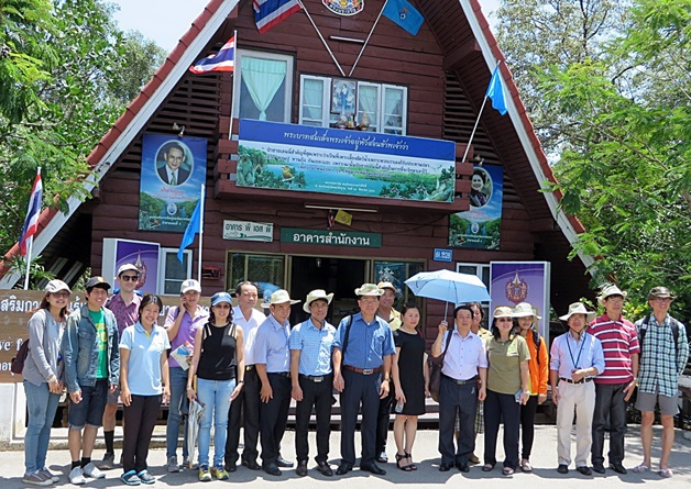 Forestry team from Viet Nam at the Mangrove Forest Learning and Development Centre 2 in Samut Sakorn Province. Photo: World Agroforestry Centre
