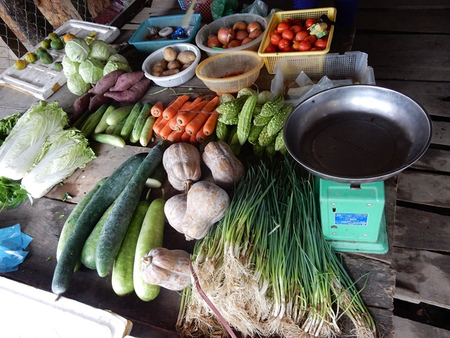 Colours available at the vegetable market in Ky Son commune. Photo: World Agroforestry Centre/Elisabeth Simelton