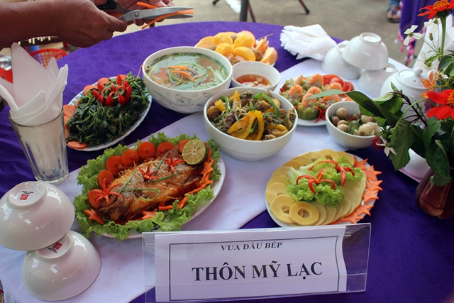 My Lac village presented seven local dishes, including bamboo and decorative flowers in a banana flower vase. Photo: TRANS/Mya Johnnyson