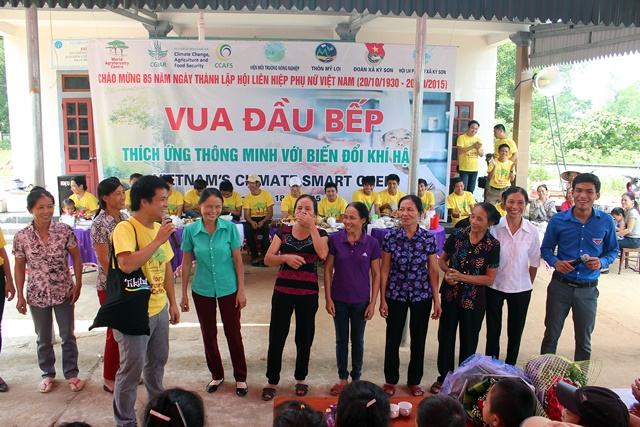 The two MCs—ICRAF's Hai Van Le and Youth Union leader Hao Song Nguyen—ask women from each village about the food made by their husbands (in the row behind), before the winners are announced. Photo: TRANS/Mya Johnnyson