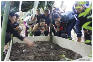 Mr. Duong Van Tham (Extreme right) and women interested in earthworms. Photo by Le Van Hai/ICRAF