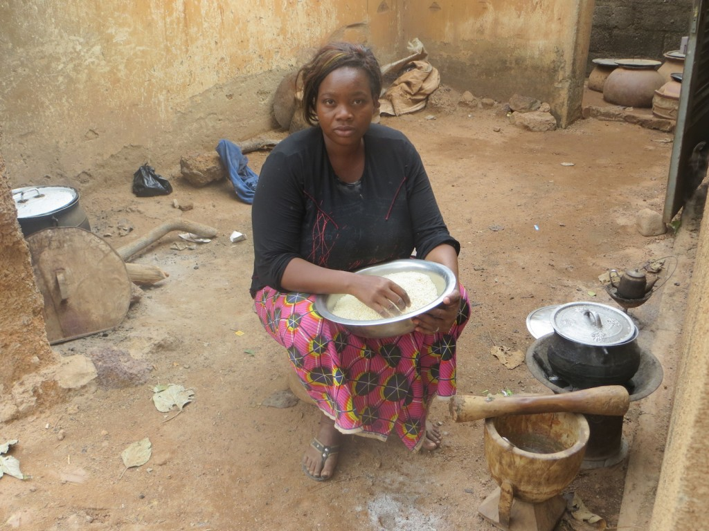 A woman cooking with both firewood (left) and charcoal (right) in Ouagadougou, Burkina Faso (Photo: J. Arevalo/