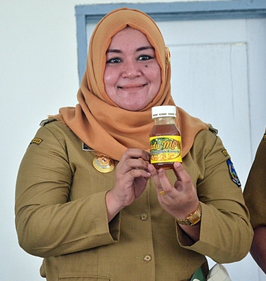 Head of Kolaka Timur District, Andi Merya Nur, showcasing sustainably-harvested honey from Tawanga Village, produced by Koperasi MPU and facilitated by AgFor. Photo: World Agroforestry Centre/Amy Lumban Gaol