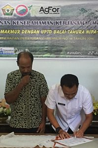 MoU signing between farmers, head of Tahura Nipa-Nipa and head of forestry district office of Southeast Sulawesi. Photo: World Agroforestry Centre/Centre for International Forestry Research/Hasantoha Adnan