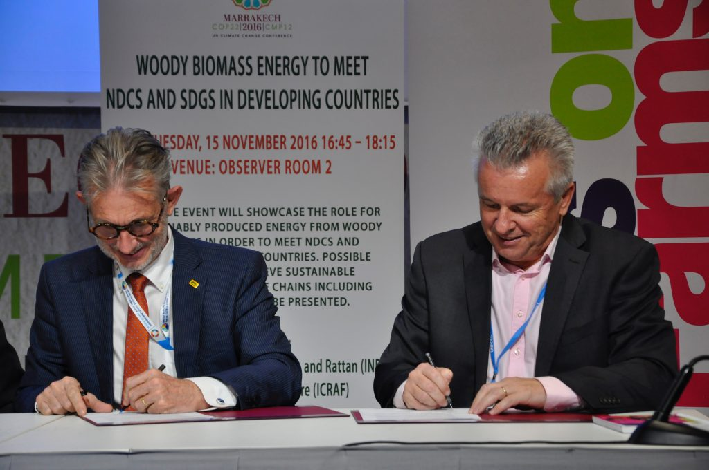 Hans Friederich, Director Generall, INBAR, and Tony Simons, Director General, ICRAF, sign an MoU. Photo: World Agroforestry Centre/Susan Onyango