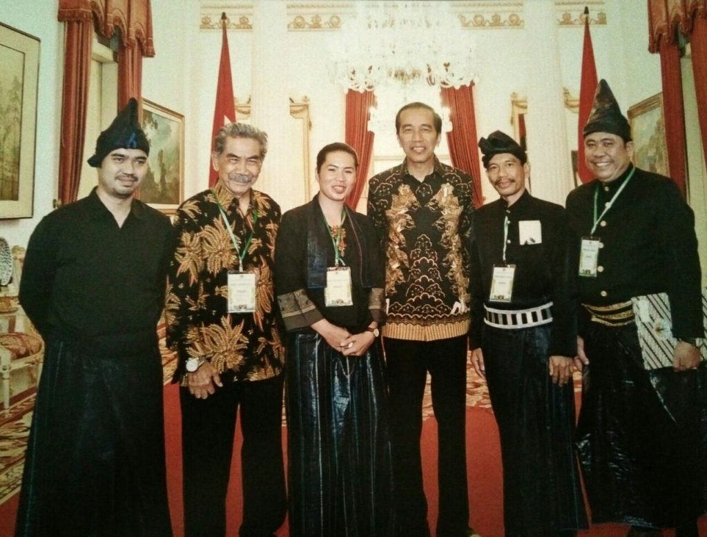 L-R: Andi Buyung Saputra, head of Kajang sub-district and the Labbiria, a Kajang leader; H. Mansur Embas, secretary of the Ammatoa Customary Association; Jaja Icci, daughter of the Ammatoa, the highest Kajang leader; President Joko Widodo; Salam, Galla Lombo, a key Kajang figure; Jamaluddin Tambi, Galla Malleleng, another key figure in the Kajang community. Photo: World Agroforestry Centre/Center for International Forestry Research/Agus Mulyana