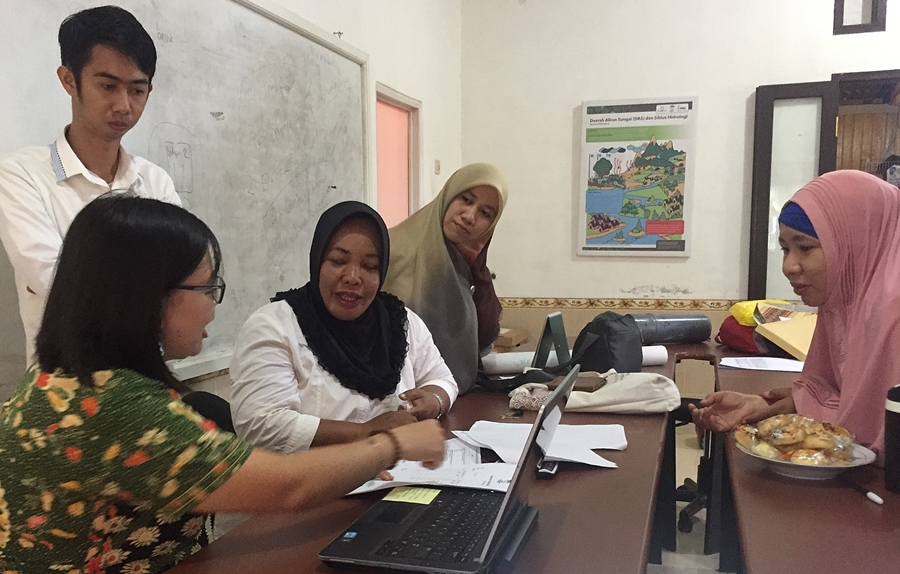 Lisa Tanika (second from left), of ICRAF working with district environmental officers to help build their capacity in monitoring watersheds. Photo: World Agroforestry Centre/Sacha Amurazaman