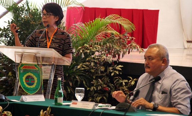 Sonya Dewi (left) H. and Alex Noerdin at the First Asia Bonn Challenge High-level Meeting. Photo: World Agroforestry Centre/Arizka Mufida