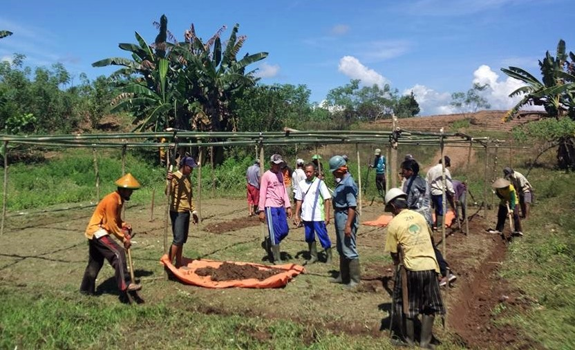 1.Farmers and agricultural extension officers building a tree-nursery shade house together. Photo: World Agroforestry Centre/Firman