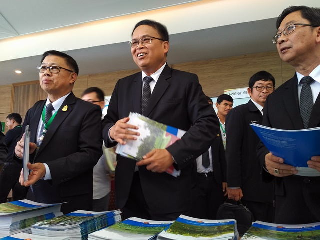 Delegates from ASEAN member states warmly receiving agroforestry policy briefs and a manual on agroforestry in rice-production landscapes. Photo: World Agroforestry Centre/Robert Finlayson