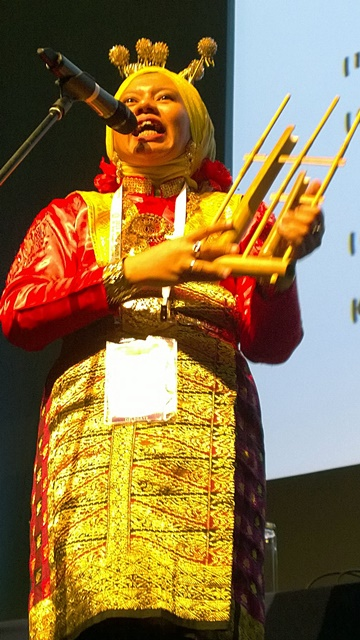 Sagita Arhidani, MC of the evening, in Acehnese dress. Photo: World Agroforestry Centre/Robert Finlayson